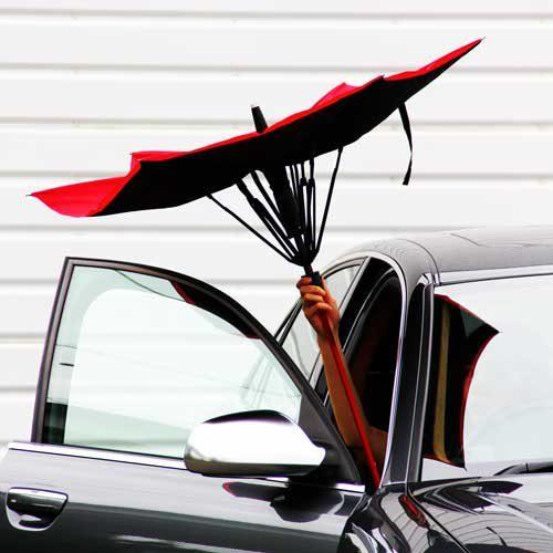 雨に濡れずに車に乗ることができるマイカーに常備しておきたい便利な傘生活用品 2